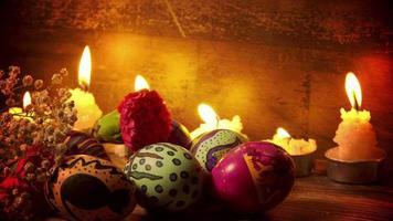 ovos de páscoa pascais e luz de velas