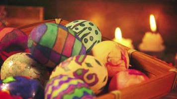 ovos de páscoa pascais coloridos à luz de velas