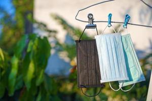 Mascarillas quirúrgicas recicladas que se secan al sol después de la limpieza. foto