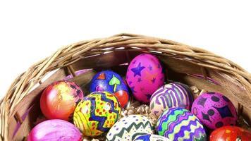 ovos de páscoa pascais coloridos em uma cesta