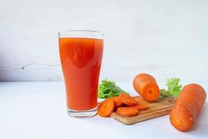 jugo de zanahoria fresco en un vaso foto