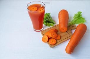 vista superior de jugo de zanahoria foto
