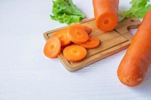 zanahorias en rodajas sobre una tabla de madera foto