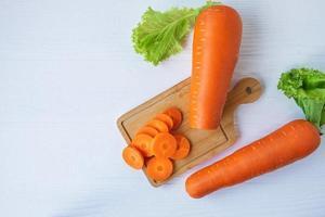 vista superior de zanahorias en rodajas foto