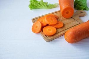 zanahorias en rodajas en una tabla foto