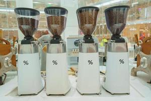 Bangkok, Tailandia- máquina de café espresso en una tienda departamental foto