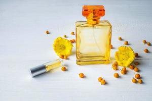 frascos de perfume con flores amarillas foto