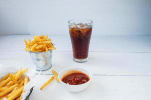 refrescos y papas fritas foto