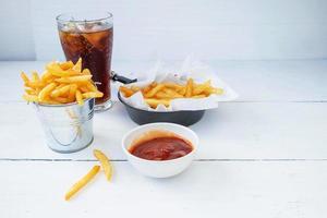 refresco con papas fritas y salsa de tomate foto