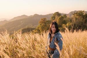 mujer en un prado foto