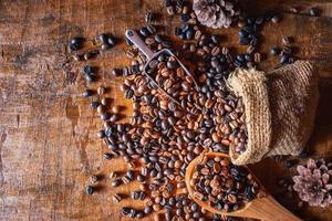 Granos de café tostados saliendo de una bolsa foto