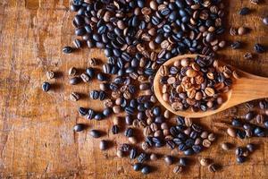 granos de café tostados en una cuchara foto