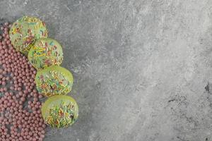 donas dulces verdes con chispitas foto