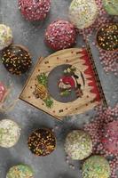 donas pequeñas de chocolate dulce de colores con chispitas foto