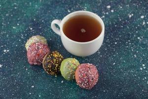 una taza de té blanco con pequeñas y deliciosas donas