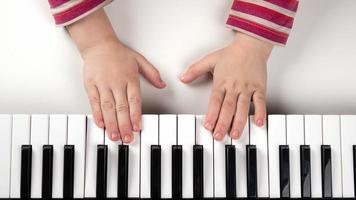 manos de niño en un teclado foto