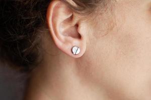 chica con piercing en la oreja foto