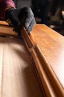 carpintero restaurando puertas de madera foto