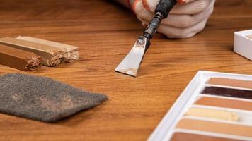 restauración reparación de parquet laminado con cera foto
