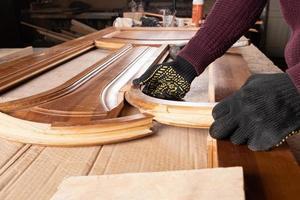 restauración de una antigua puerta de madera foto