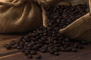 Granos de café en una mesa de madera, me encanta beber café concepto