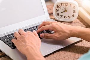 manos de una persona usando una computadora portátil foto