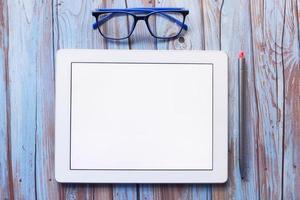 Vista superior de la tableta digital con material de oficina en la mesa foto