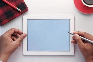 tableta digital en la mesa foto