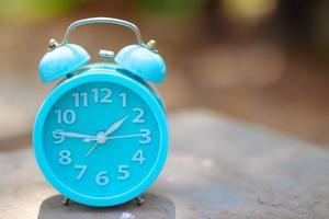 reloj despertador azul afuera foto