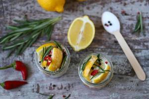 limones fermentados en tarros de sal, ají y romero foto
