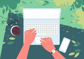 autónomo con una computadora portátil trabajando mientras está acostado en el parque de primavera. vista en primera persona. manos masculinas están escribiendo en el teclado. vista superior. ilustración vectorial. vector