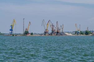 puerto de carga con una grúa foto