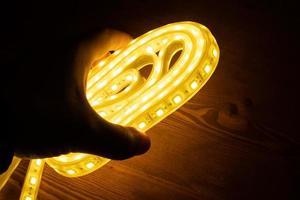 mano sosteniendo luces led foto