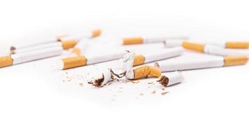 cigarrillos sobre un fondo blanco foto