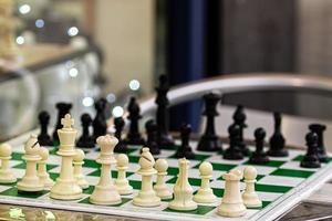 una mesa con un tablero de ajedrez y figuras foto