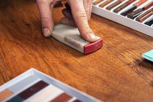 sellado de rayones en madera foto
