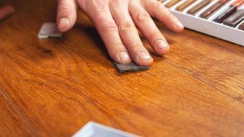 Sellado de madera después de la reparación. foto