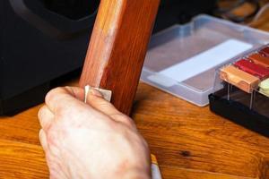 pulir una pierna de madera foto