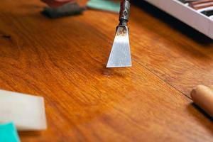 eliminando los defectos de la madera foto