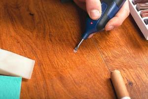 arreglando un rayón en la madera foto
