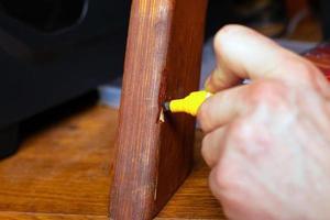 reparando una pierna de madera foto