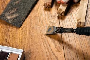 reparar una superficie de madera foto