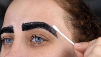 Eyebrow dyeing procedure photo