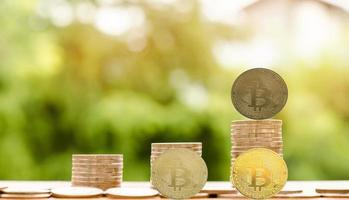 Moneda de criptomoneda bitcoin y moneda de euro en la mesa foto
