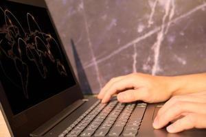 La mano del empresario trabajando en una computadora portátil, concepto de tecnología foto