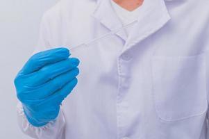 un médico o científico que experimenta con una vacuna contra enfermedades y dolencias foto