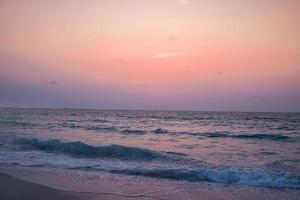 Coloridas y vibrantes olas del mar en la playa durante el verano