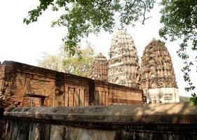 mueang kao, tailandia, 2021- detalle arquitectónico en el parque histórico de sukhothai foto