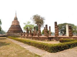 mueang kao, tailandia, 2021 - templo en el parque histórico de sukhothai foto