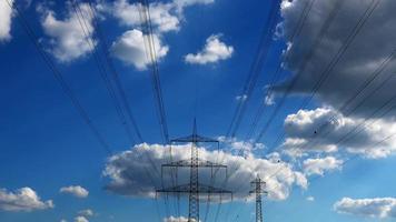 postes elétricos e nuvens